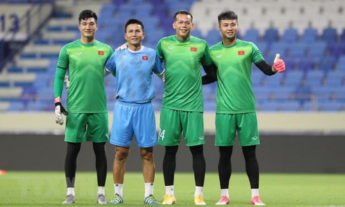 Thủ môn Văn Hoàng, HLV thủ môn Thế Anh, thủ môn Tấn Trường và thủ môn Văn Toản (từ trái qua) tại buổi tập. (Ảnh: Hoàng Linh/TTXVN)