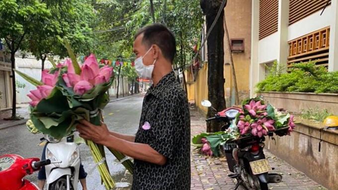 Anh Nguyễn Huy Cảnh mang hoa vào khu vực giãn cách xã hội để bán