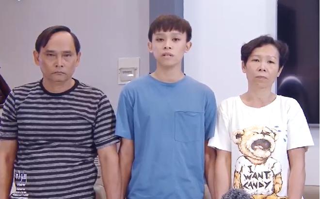 Hồ Văn Cường và bố mẹ ruột.