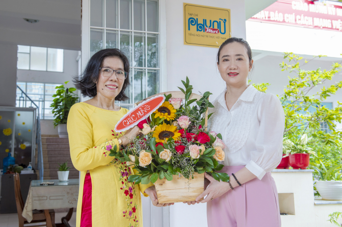 Bà Nguyễn Quỳnh Nga- Tỉnh Ủy Viên- Chủ tịch Hội Liên Hiệp Phụ Nữ Tỉnh Khánh Hòa tặng hoa chúc mừng.