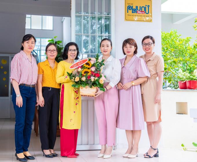Lãnh đạo Hội Liên Hiệp Phụ Nữ tỉnh, Đại diện Hội Nhà Báo, đại diện Các doanh nghiệp đến chúc mừng Tạp chí và Nha báo Quỳnh Mỹ.