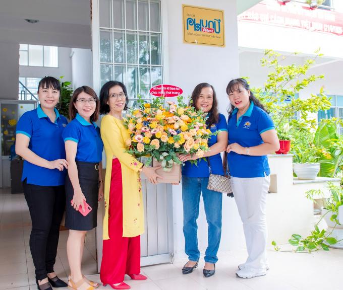 Bà Nguyễn Tường Anh- Chủ tịch Hội Nữ Doanh Nhân Khánh Hòa (bên phải hoa) cùng các chị trong ban chấp hành Hội Nữ Doanh nhân Khánh Hòa tặng hoa chúc mừng.