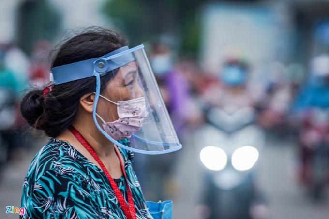 Bà Nguyễn Thị Mạnh, công nhân thuộc khu B của công ty PouYuen, cho biết luôn đeo tấm giọt bắn suốt quá trình từ vị trí làm việc cho đến khi về nhà.