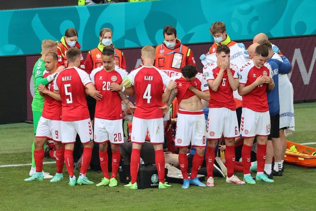 Các cầu thủ Đan Mạch che chắn khi các bác sĩ cấp cứu cho Eriksen.