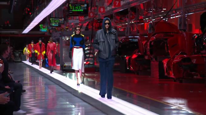Sinh tồn thời Covid, hãng siêu xe chuyển qua bán thời trang, mở nhà hàng
