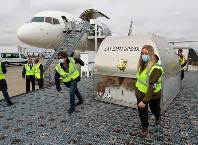 Container chứa vaccine phòng COVID-19 của Pfizer/BioNTech được đưa tới Louisville, bang Kentucky, Mỹ ngày 13/12/2020. Ảnh: Getty Images