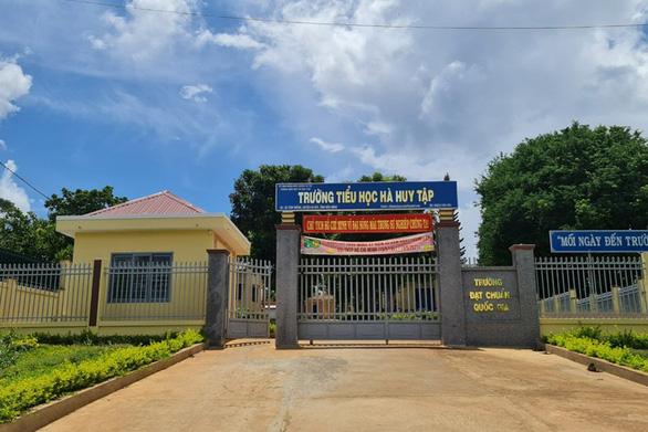 Trường tiểu học giữ lại học bạ của nam sinh vì nợ 550.000 đồng