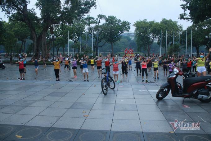 Khu vực hồ Hoàn Kiếm trở nên nhộn nhịp trở lại sau nhiều ngày giãn cách