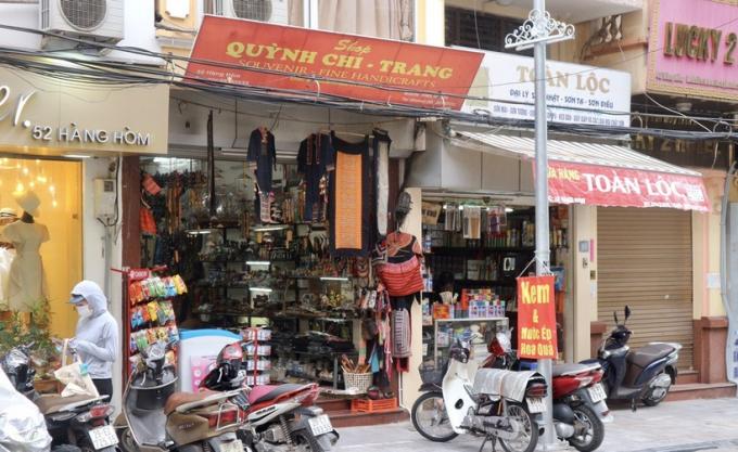 Các hộ kinh doanh đồ lưu niệm trên phố cổ Hà Nội lo phá sản