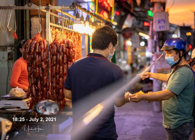 Mua & bán giữa sợi dây ngăn cách, chưa bao Sài Gòn thấy cảnh này.
