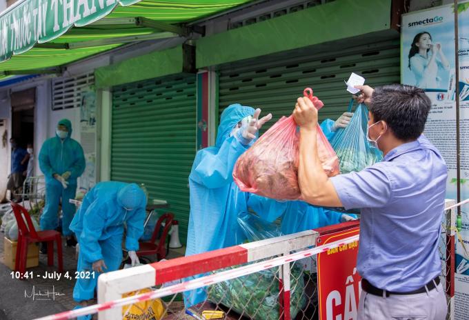 Người thân tiếp tế thực phẩm vào khu vực bị cách ly.