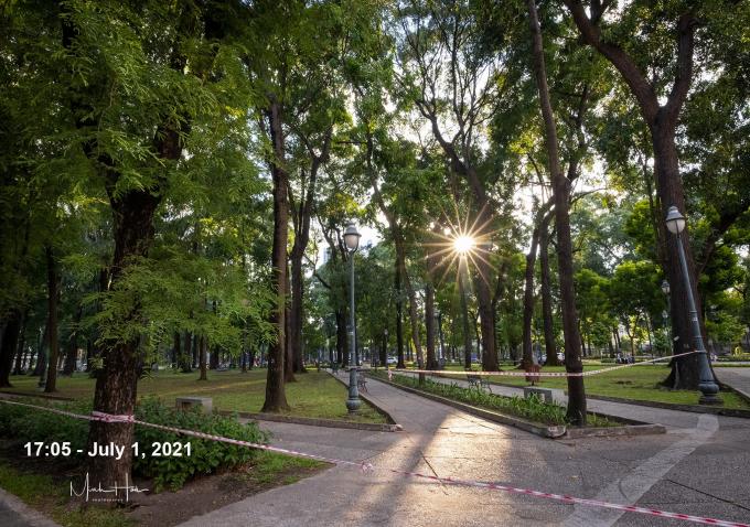 Giọt nắng cuối ngày trong công viên trước Dinh Độc Lập