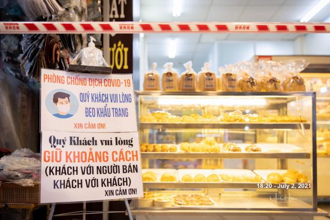 Một tiệm bánh chăng ngang sợi dây nhằm giữ an toàn giữa khách và người bán