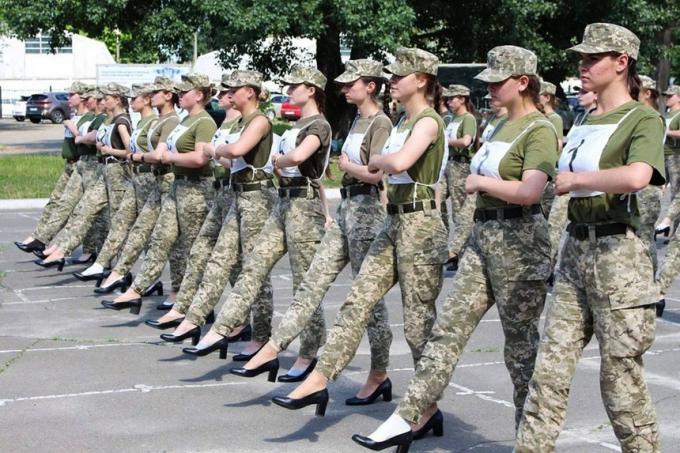 Nữ binh sĩ Ukraine đi giày cao gót khi tập luyện