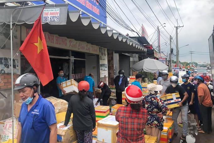 Các nhà xe quá tải vì người dân gửi hàng tiếp tế cho người thân ở Sài Gòn