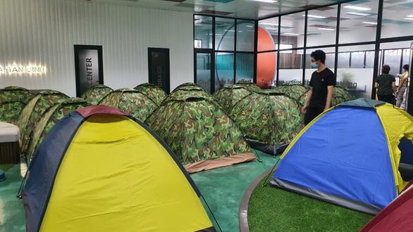 Dựng lều trại tại chỗ cho công nhân ở lại khu công nghiệp
