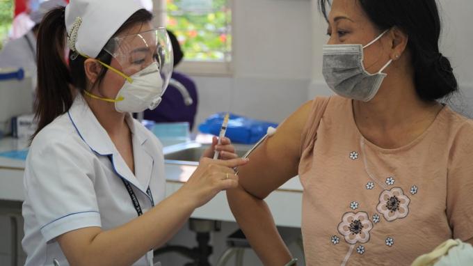 Chuyên gia cảnh báo về các mẹo tiêm vắc xin không biến chứng tự sáng tạo