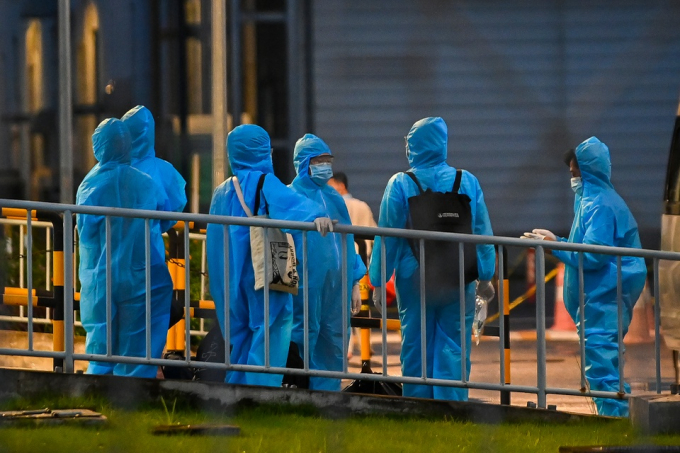 Cũng trong chiều 8/7, khá đông công nhân công ty SEI mặc đồ bảo hộ tập trung tại khu vực nhà để xe của công ty.