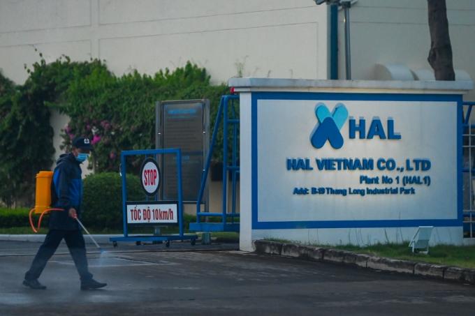 Công ty SEI đóng tại Khu công nghiệp Thăng Long với gần 4.000 lao động. Toàn bộ cán bộ, công nhân được cách ly ngay tại công ty sau khi ghi nhận ca dương tính đầu tiên là ông H.V.H. (bảo vệ công ty) trong chiều 5/7.