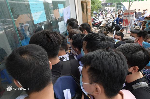 Hàng chục người chen lấn chờ xét nghiệm, test nhanh Covid-19