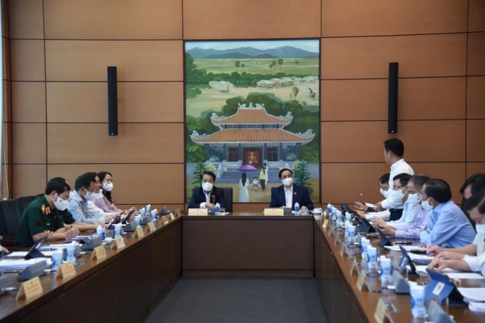 Các đại biểu Quốc hội thảo luận tại tổ về kết quả thực hiện kinh tế xã hội 6 tháng đầu năm và những giải pháp 6 tháng cuối năm. Ảnh:Hồng Phong.
