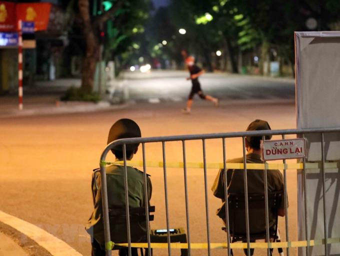 Người dân chạy thể dục trên phố Hai Bà Trưng cố tình tránh các chốt chặn lúc 4h30 sáng 26/7. (Ảnh: Nhật Anh/TTXVN)