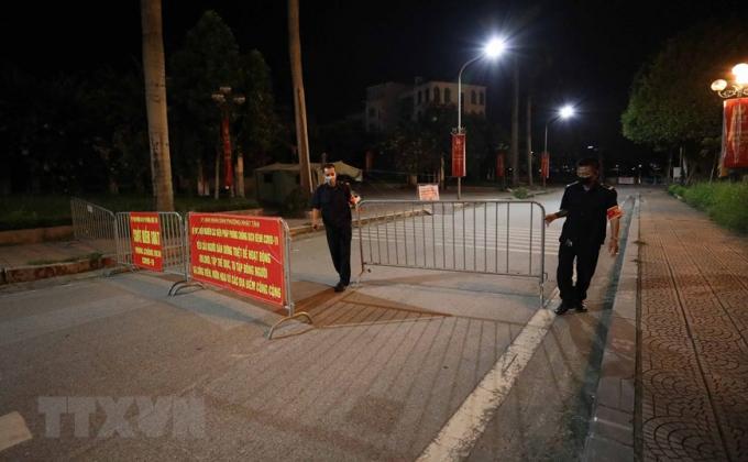 Lực lượng tại các điểm, chốt chặn túc trực từ sớm để ngăn người dân không đi tập thể dục quanh Hồ Tây. (Ảnh: Thanh Tùng/TTXVN)