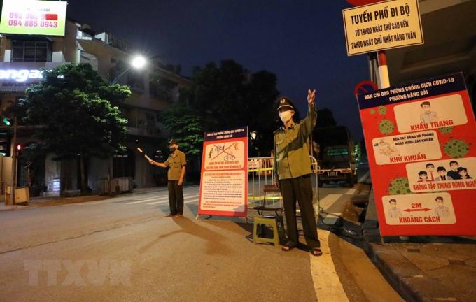 Lực lượng tại các điểm, chốt chặn túc trực từ sớm để ngăn người dân không đi tập thể dục quanh Hồ Gươm. (Ảnh: Thanh Tùng/TTXVN)