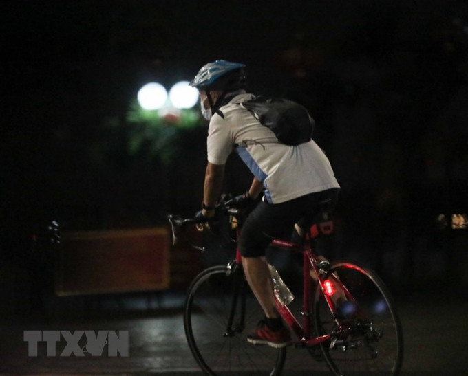 Nhiều người dân Hà Nội vẫn ra đường tập thể dục lúc rạng sáng
