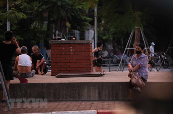 Người dân vẫn ra đường trong trường hợp không cần thiết (ảnh chụp lúc 5h29 phút tại ngã tư Đại Cồ Việt - Giải Phóng). (Ảnh: Thanh Tùng/TTXVN)