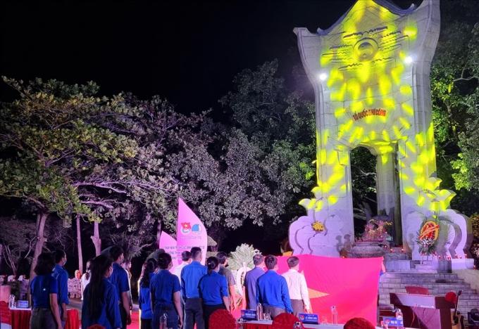 """Ngoài lễ thắp nến tri ân, tại Nghĩa trang liệt sĩ Quốc gia Trường Sơn diễn ra chương trình hoà tấu nghệ thuật """"Khát vọng hòa bình""""."""