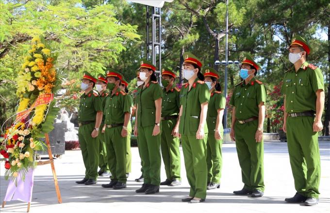 Lực lượng Công an tỉnh Quảng Trị đến dâng hương, dâng hoa tại Nghĩa trang liệt sĩ Quốc gia Trường Sơn.