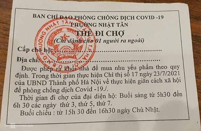 Thẻ đi chợ luân phiên được phường Nhật Tân phát tận hộ gia đình, áp dụng từ 27/7. Ảnh: Linh Thuỳ