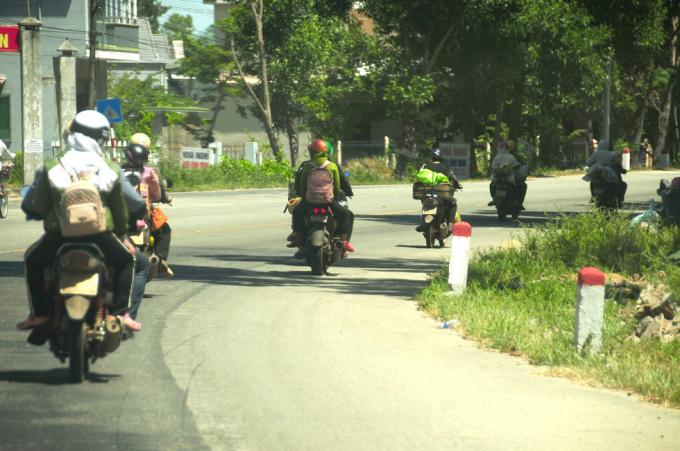 Đoàn người lao động quê Nghệ An nối đuôi nhau khi qua đến Thừa Thiên Huế