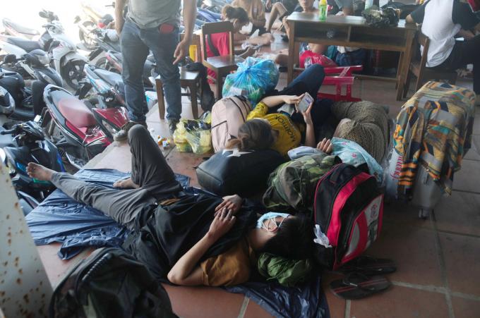 Hàng nghìn lao động nghèo kẹt cứng trên đèo Hải Vân khi đi xe máy về quê tránh dịch