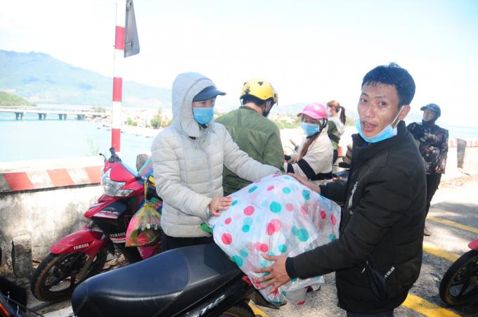 Anh Gành Ba Chua (Na Ngoai, Kỳ Sơn, Nghệ An) cùng vợ là Lầu Thị Xê sau hai ngày hai đêm chạy xe từ TP.HCM thì đến Lăng Cô. Tại đây, anh Chua cùng đoàn dừng lại nghỉ ngơi lấy sức đi tiếp