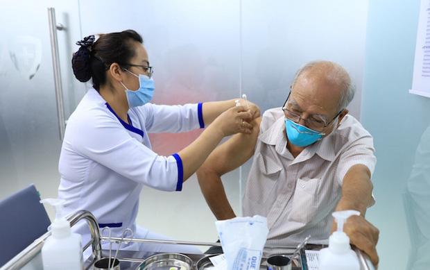 """Hà Nội không """"loại"""" người trên 65 tuổi trong chiến dịch tiêm vắc xin Covid- 19 ("""