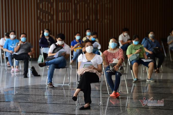 Người dân ngồi chờ 30 phút sau tiêm