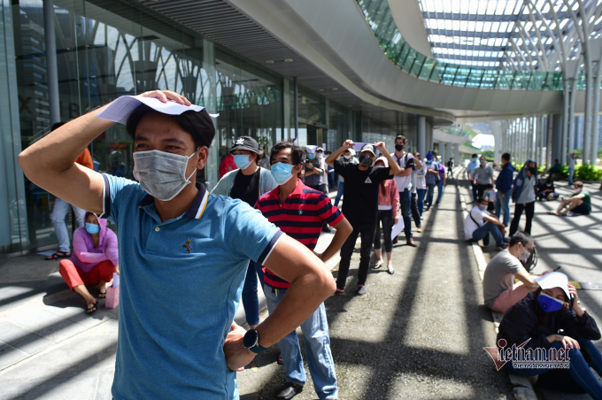Anh Trương Minh Tuấn, làm việc tại một công ty ga cho biết, anh đi lúc 7h30, đúng giờ theo lịch tiêm nhưng xếp hàng đến 10h vẫn chưa đến lượt
