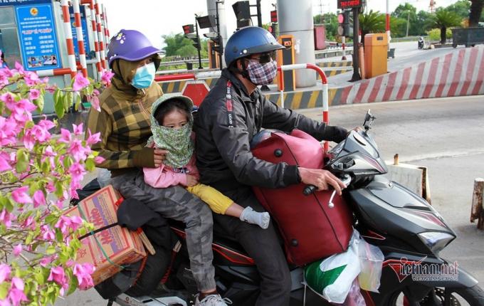 Hai vợ chồng anh Nguyễn Văn Thập chở con nhỏ vượt hơn 1.000km để về đến Nghệ An - Ảnh: Quốc Huy
