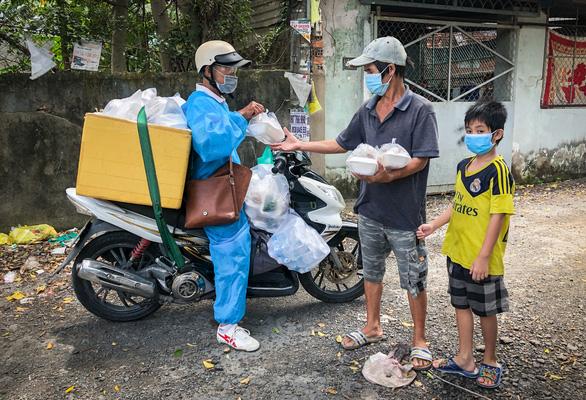 Võ sư 1 chân phát cơm từ thiện cho người vô gia cư khắp TPHCM