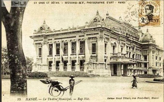 Nhà hát Lớn được chính quyền thực dân xây dựng trong 10 năm (1901 - 1911) với kinh phí khoảng 2 triệu franc vào thời điểm đó. Cho đến nay, Nhà hát Lớn vẫn luôn là một biểu tượng về kiến trúc và thẩm mỹ của Hà Nội