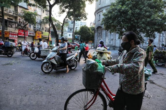 Sáng sớm 16/8, rất đông tiểu thương và người dân ngang nhiên họp chợ giữa đường Quán Thánh, bất chấp dịch bệnh đang diễn biến phức tạp. (Ảnh: Thành Đạt/TTXVN)