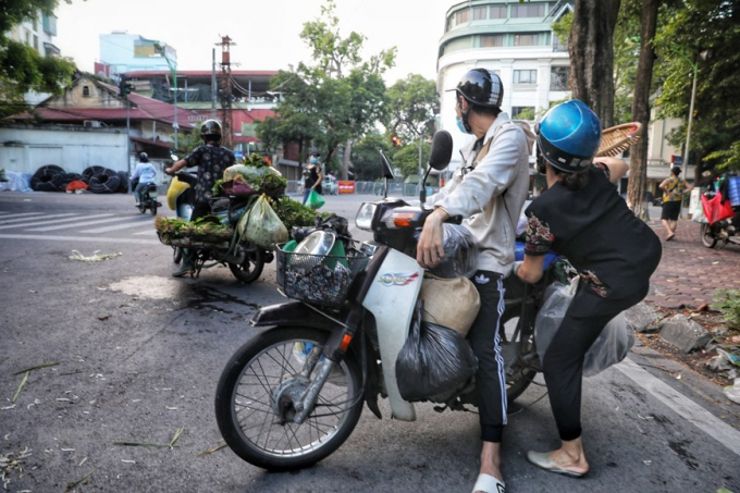 Hà Nội: Họp chợ ngay dưới lòng đường, bất chấp quy định chống dịch