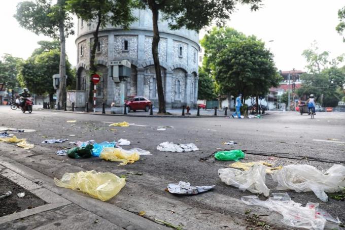 Rác vứt ngổn ngang trên đường sau 5 phút chợ cóc, chợ tạm giữa đường khu vực bốt Hàng Đậu bị giải tán (Ảnh chụp lúc 6h30 sáng). (Ảnh: Thành Đạt/TTXVN)