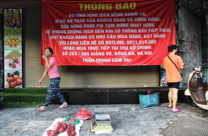 Một tiểu thương ngang nhiên bày thịt ra bán giữa lòng đường phố Hàng Đường (Ảnh chụp 6h30 sáng 16/8). (Ảnh: Thành Đạt/TTXVN)