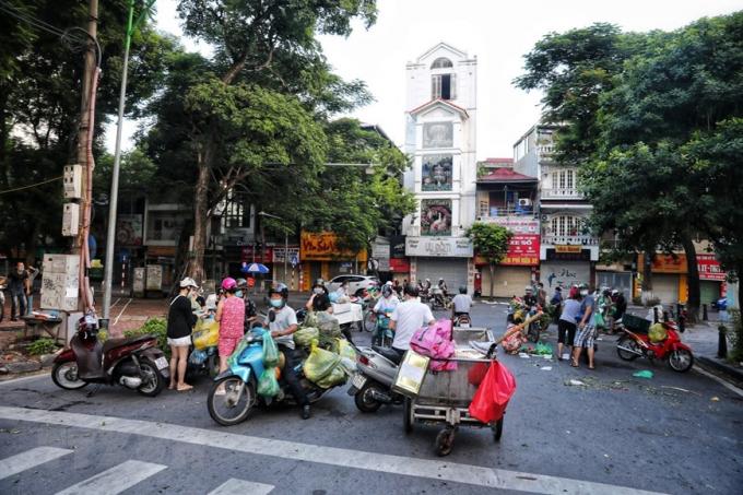 Từ sáng sớm 16/8, hàng chục tiểu thương cùng người đi chợ tràn xuống lòng đường khu vực bốt Hàng Đậu, bất chấp quy định phòng chống dịch (Ảnh chụp lúc 6h sáng). (Ảnh: Thành Đạt/TTXVN)