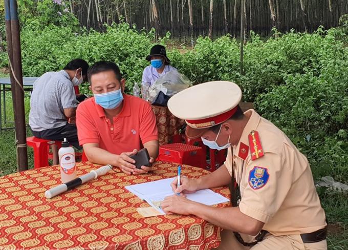 Lực lượng chức năng tỉnh Bà Rịa - Vũng Tàu xử phạt các trường hợp ra ngoài không có lý do chính đáng.