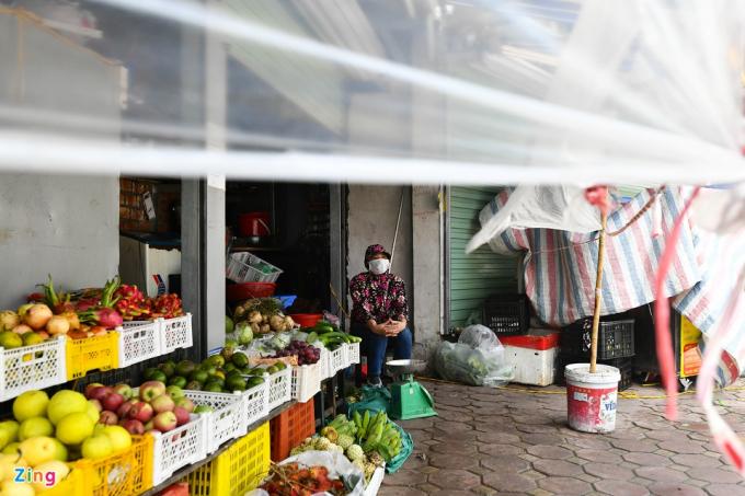 Một cửa hàng trái cây trong chợ Thành Công đìu hiu, vắng vẻ. Chị Thanh (45 tuổi) cho biết doanh thu năm nay giảm mạnh so với mọi năm. Từ sáng đến trưa chỉ có khoảng 10 người ghé mua.