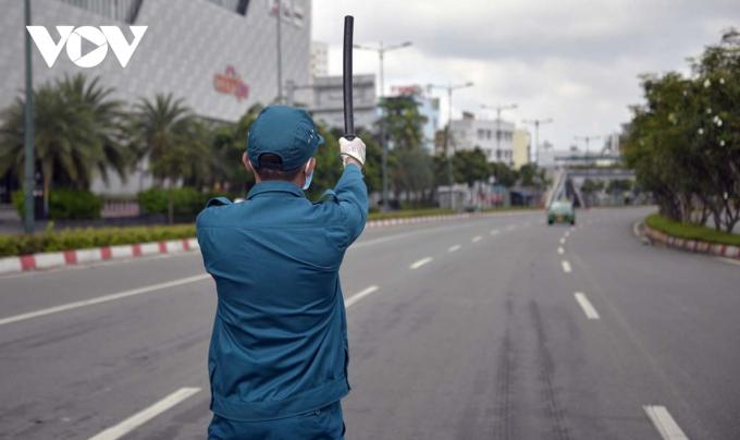 Lực lượng dân quân tham gia kiểm soát tại chốt kiểm soát trên đường Phạm Văn Đồng - TP Thủ Đức